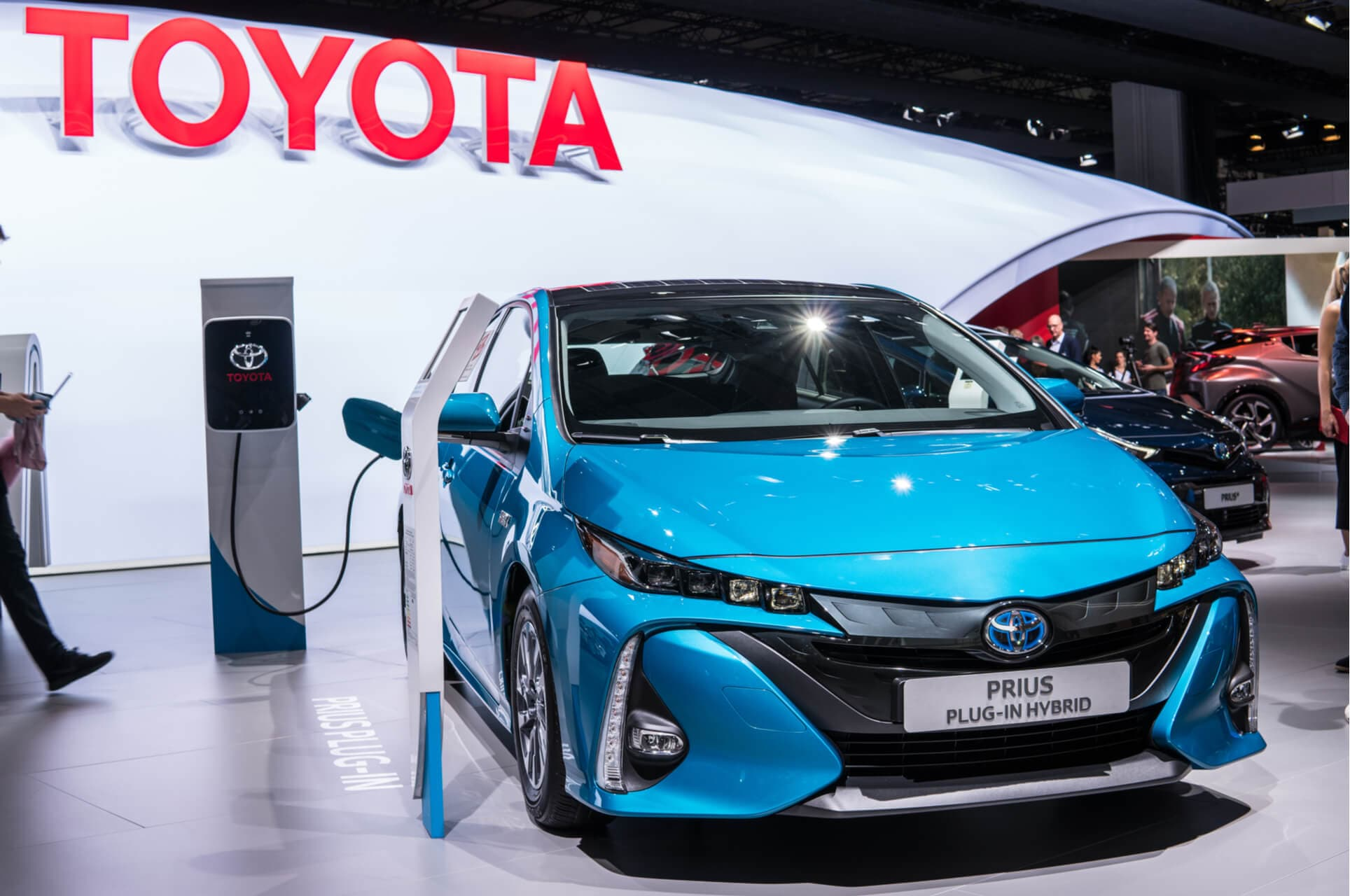 What Are The Differences Between An Electric Car And A Hybrid, And Which Is RIght For You?
